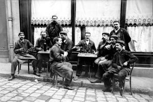 Ouvriers à la terrasse d'un café. France, vers 1910.
