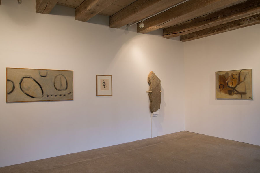 Vue d'exposition Tal Coat, Guillevic et la préhistoire Photo Kerguéhennec