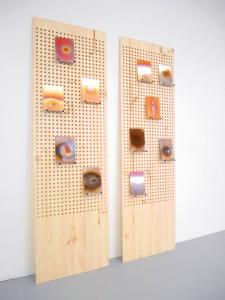 Clélia Berthier, Hubble, 2016. Plaques de cuivre chauffées au chalumeau, dispositif d'accrochage en bois. 15 x 10 x 0,1 cm chaque plaque de cuivre / 210 X 60 X 18 cm chaque planche de bois. © Clélia Berthier. Courtesy the artist