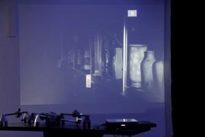 Ann Guillaume, Submarino , 2015, Film HD, 05:33 min, musique : Felicia Atkinson. Vue de l'exposition Archeologia II, Rennes, 2016. Photo. Patrice Goasduff.